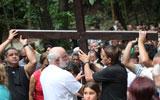 Fiéis e peregrinos participam de via-sacra no morro da Penha